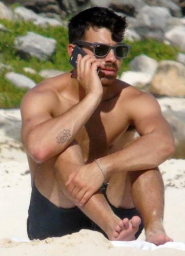 Joe-Jonas-Sighting-in-Cancun-141208-04
