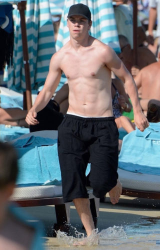 Will-Poulter-Sighting-at-the-Beach-in-Greece-160712-02
